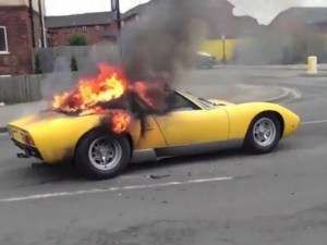 Lamborghini Miura in fiamme a Londra (VIDEO).