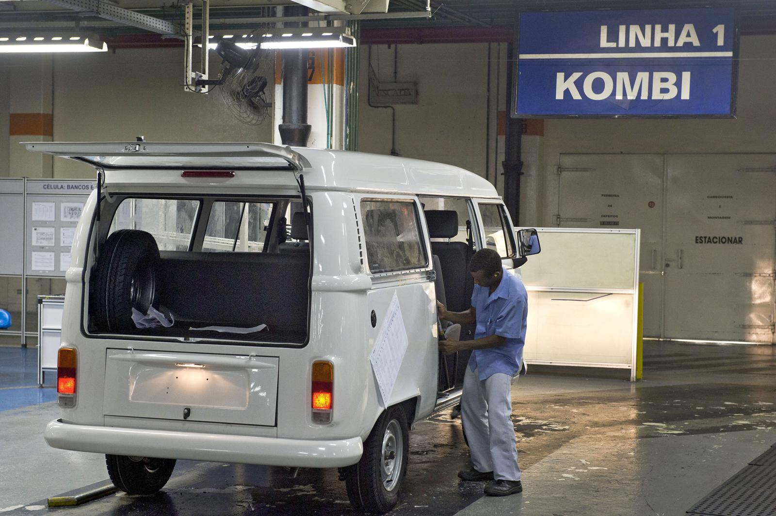 Addio al mitico furgone della vw simbolo della libert for Furgone anni 70 volkswagen