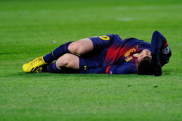 http://static.fanpage.it/calciofanpage/wp-content/uploads/gallery/messi-si-infortuna-al-ginocchio-in-barcellona-benfica/messi-dolorante.jpg