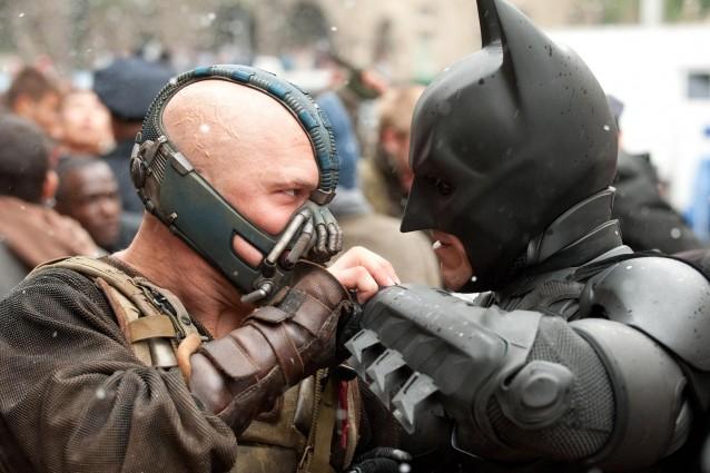 Batman 3 fa discutere: negli Usa e in Uk la stampa si divide tra esaltazione e critiche, mentre i fan inviperiti minacciano di morte autori e sceneggiatori del film con i portali costretti a chiudere i commenti.