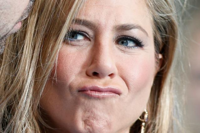 Jennifer Aniston come Scarface, il volto sfregiato dalle ...