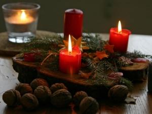Centrotavola con le candele decora con le pigne la tavola di natale donna fanpage - Centro tavola natalizio con pigne ...