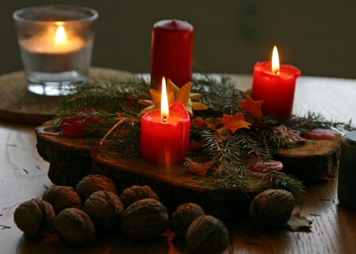 centrotavola con le candele decora con le pigne la tavola. Black Bedroom Furniture Sets. Home Design Ideas