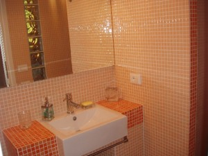 Arredamento bagno in muratura alternativa ai mobili - Bagno arancione ...