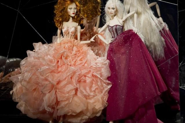 Marionette con il volto di storiche top model sfilano a San Paolo (FOTO).