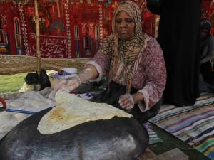 Gaza donne costrette a cucinare senza gas i dolci per il for Cucinare per 300 persone