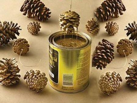 Addobbi fai da te con pigne e perline su albero di natale - Decorazioni natalizie legno fai da te ...