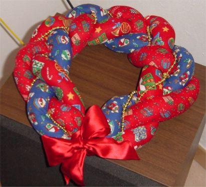 Ghirlanda sulle porte casa vestita a festa per accogliere - Ghirlanda natalizia per porta fai da te ...