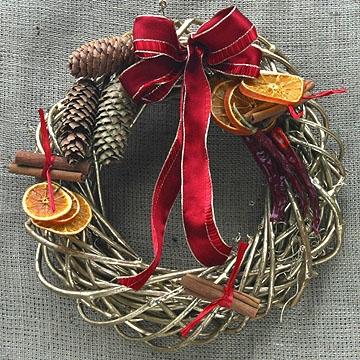 Ghirlanda sulle porte casa vestita a festa per accogliere gli ospiti donna fanpage - Ghirlande per porte natalizie ...