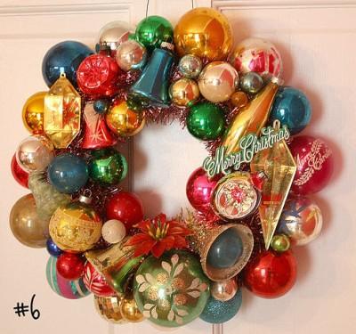 Ghirlanda sulle porte casa vestita a festa per accogliere - Ghirlande per porte natalizie ...