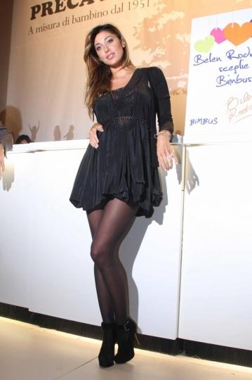 49e9699d0d08 in foto  Belen in visita al Pitti di Firenze indossa un mini abito dalle  forme morbide