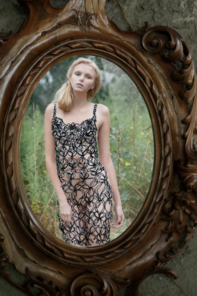 Donne nude allo specchio la magica illusione di into the mirror foto donna fanpage - Ragazze nude allo specchio ...