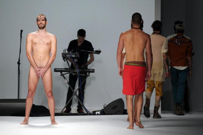 nudo-in-passerella