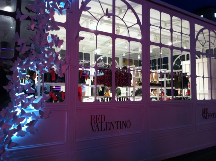 pop up store di red valentino donna fanpage. Black Bedroom Furniture Sets. Home Design Ideas