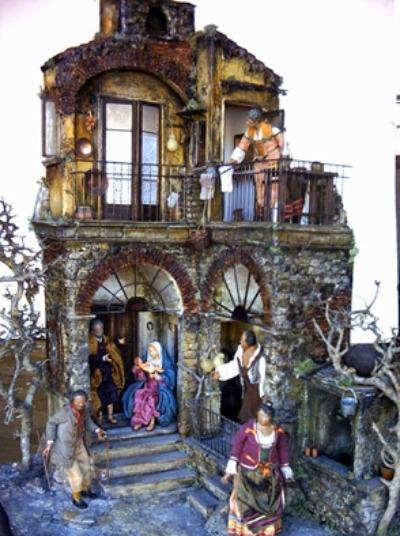 cortile di antico palazzo in composizione napoletano