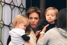 angelina jolie a venezia con i figli