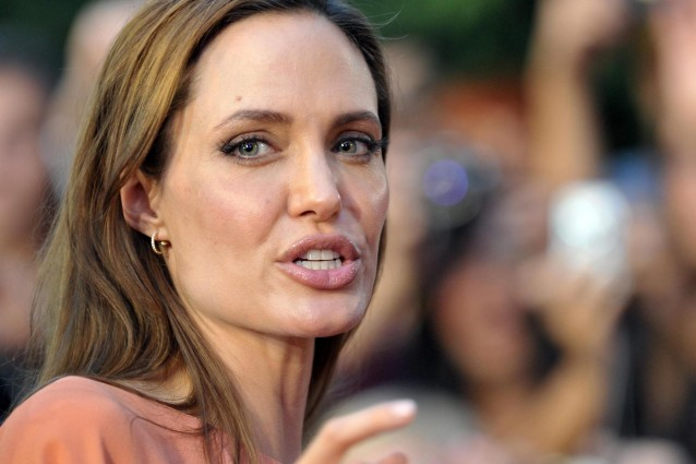 Angelina Jolie nega il matrimonio segreto con Brad Pitt.