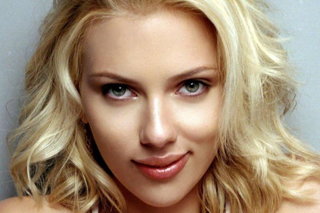 Scarlett Johansson seduce il suo bodyguard in barca.
