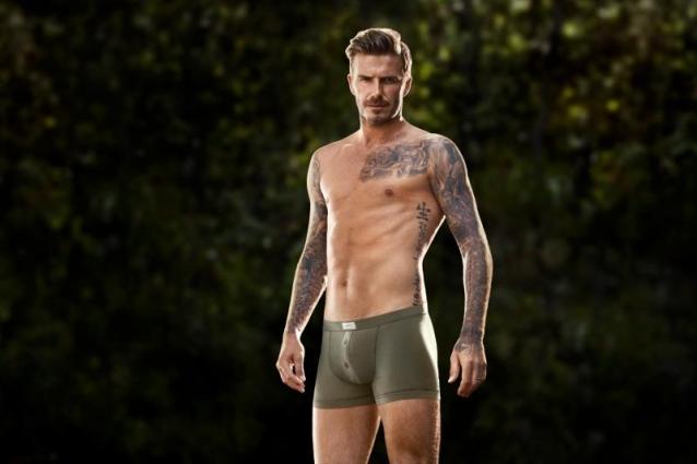 David Beckham posa in slip per H&M e pubblica le foto su facebook.