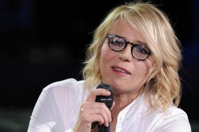 maria de filippi con i fan su facebook