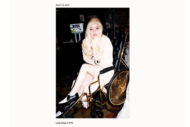 Lady Gaga su una sedia a rotelle in oro 24 kt.