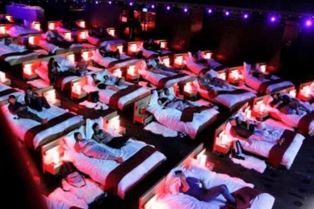 Letti al cinema anziché poltrone, per dormire e pure rimorchiare (FOTO).