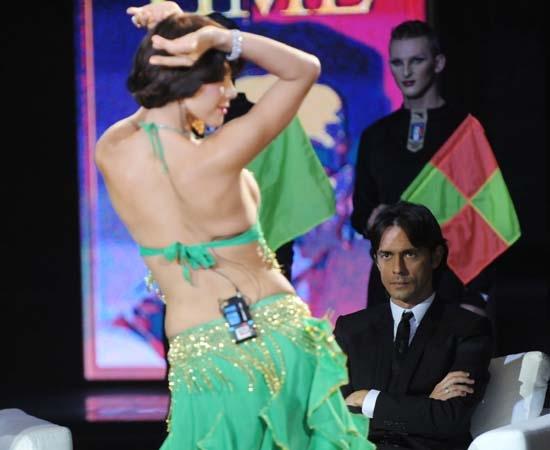 Efe Bal fa la danza del ventre davanti a Inzaghi