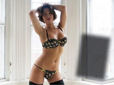 Efe Bal in lingerie posa per il suo sito internet