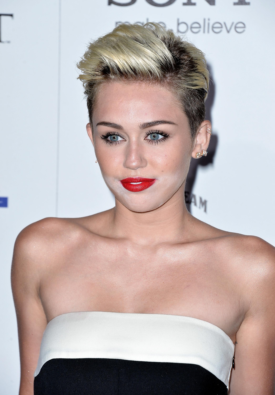 Miley Cyrus rovinata dal trucco e dalla cipria di troppo (FOTO)