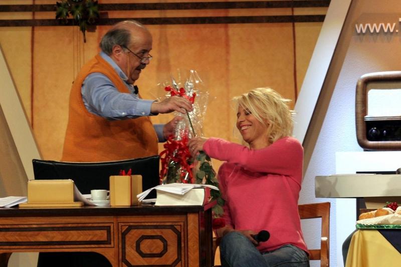 Costanzo regala le rose a Maria De Filippi