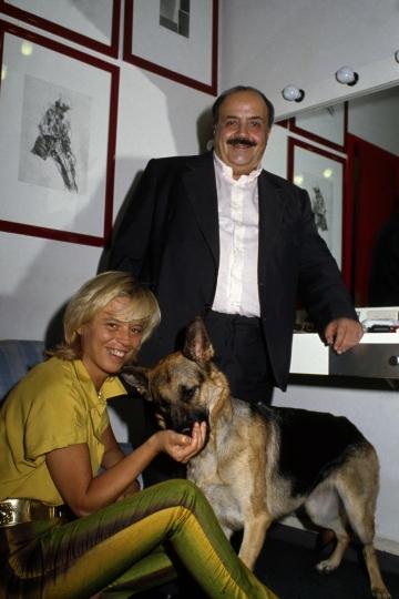 Maria De Filippi con Costanzo e il cane
