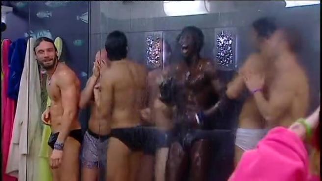 Gruppo gay in doccia