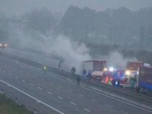 Assalto a un furgone portavalori, camion in fiamme: bloccata per ore la A1.