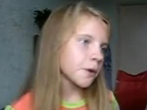 Una bambina di 11 anni utilizza la tecnica del beatbox