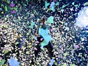 Due ore e mezzo di concerto travolgono Torino tra quarantamila braccialetti colorati che vanno a tempo di musica: da Hurts like heaven, passando per Paradise fino a Yellow c'è tutto il meglio dei Coldplay.