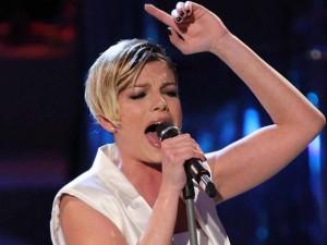 """La rabbia e la lotta danzante di Emma contro il suo fidanzato nel videoclip del nuovo singolo """"Cercavo Amore"""", scritto da Roberto Casalino."""