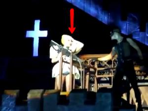 """Il video dell'incidente di Lady Gaga, colpita alla testa da una trave che faceva da scenografia, la cantante durante il concerto rivela: """"Sono intontita ma sto bene!""""."""