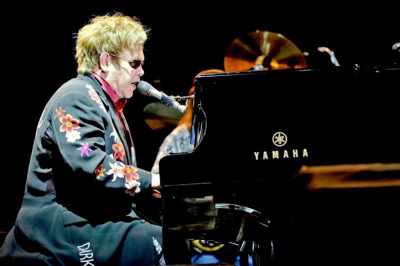 Elton john all 39 hydrogen live love festival le foto del for Apri le foto del piano