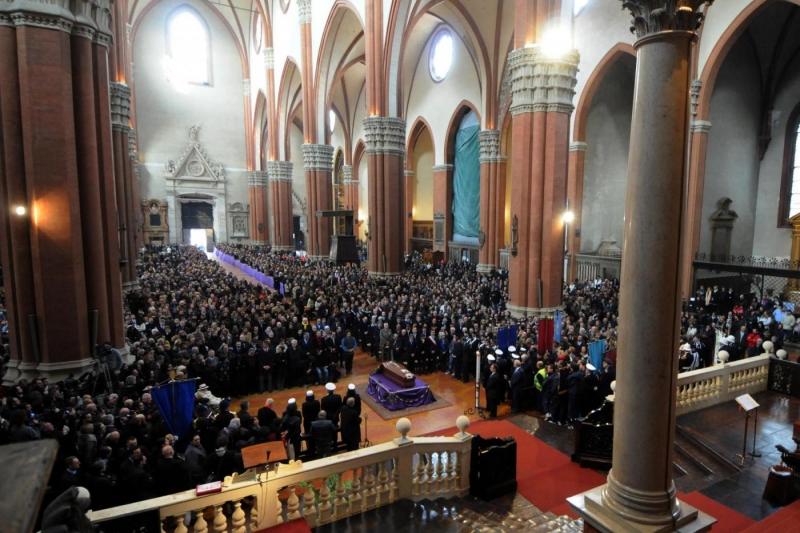I funerali di Lucio Dalla nella Basilica di San Petronio