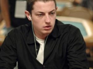 Tom Dwan nella sua classica espressione al tavolo
