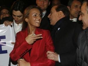 """Berlusconi fidanzato con Francesca Pascale: lei commenta """"Parli prima Silvio""""."""