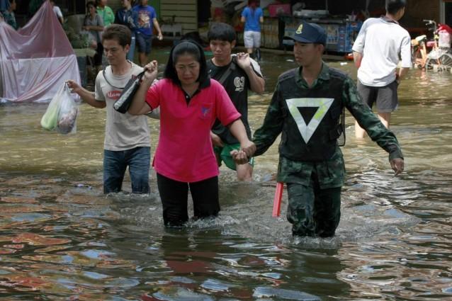 popolazione tailandese aiutata dagli agenti