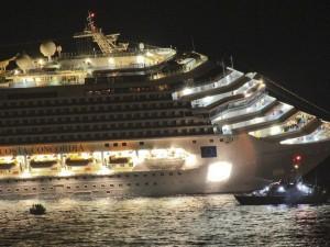 primi video girati dall'elicottero della Guardia di Finanza e da un'imbarcazione dei vigili del fuoco della nave da crociera Costa Concordia affondata nei pressi dell'Isola del Giglio questa notte.