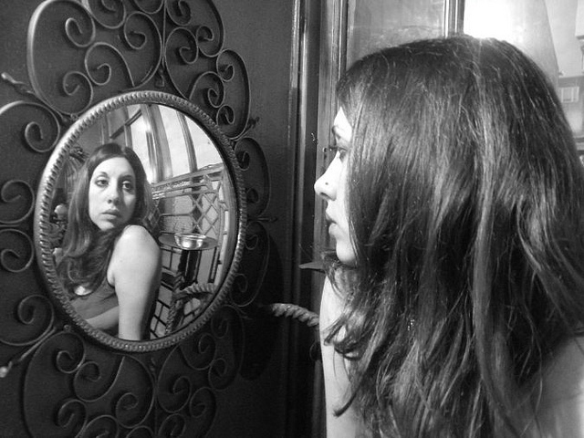 Narciso allo specchio distorsioni e turbamenti della psiche autori fanpage - Occhiali per truccarsi allo specchio ...