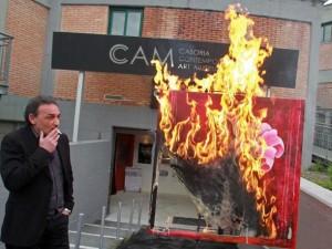 La protesta estrema del Cam: opere d'arte al rogo a Casoria [VIDEO].