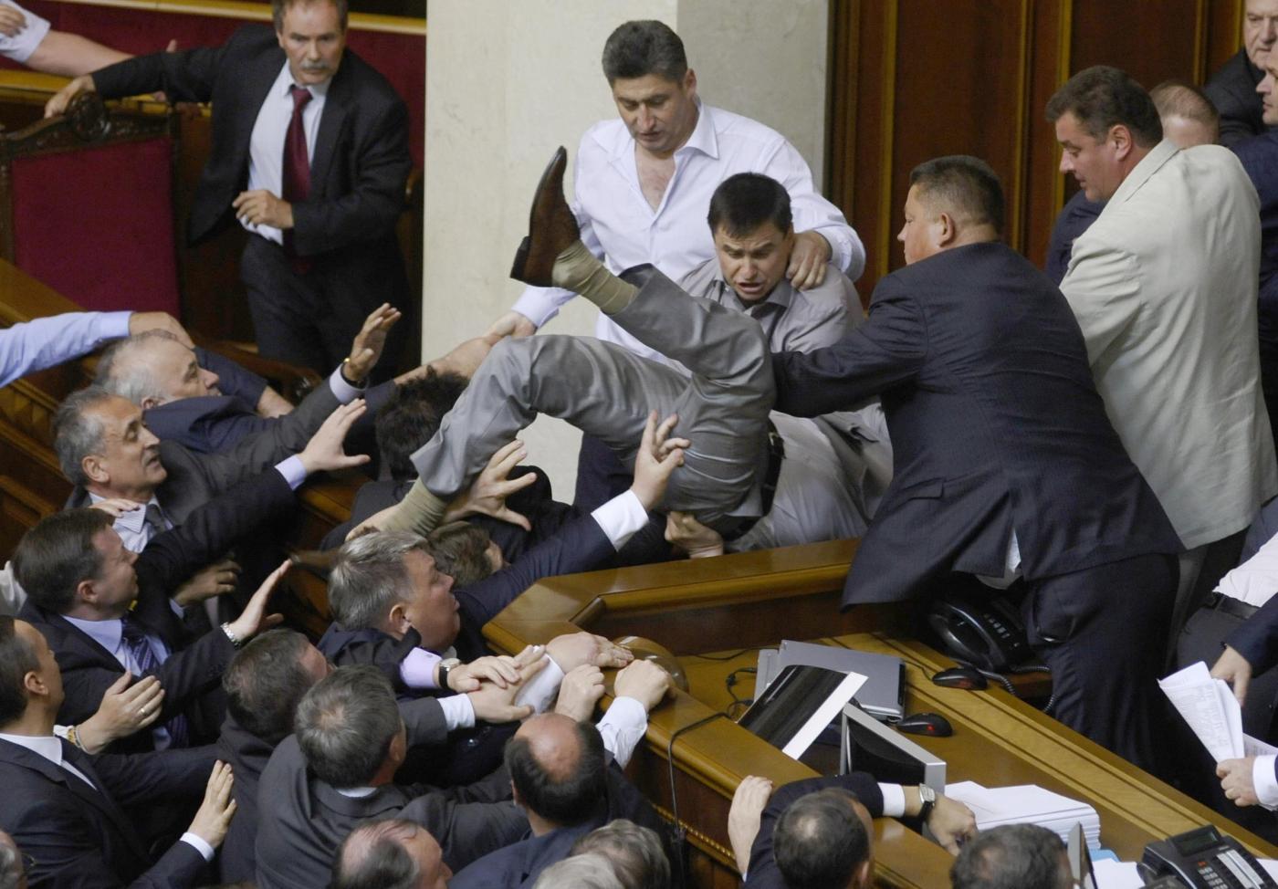 Botte da orbi al parlamento ucraino un deputato ferito for Parlamento ieri