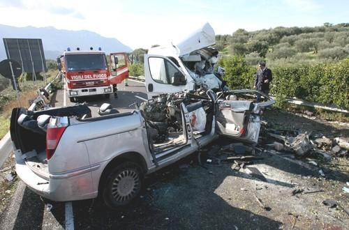 Strage sulla statale vesuviana 4 morti anche una 12enne - Pinelli una finestra sulla strage ...