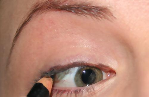 mettere la matita dal bordo interno dell'occhio