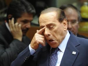 Berlusconi cade e si lussa spalla e polso
