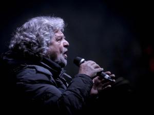Grillo riempie piazza Duomo, sul palco Dario Fo e si attende Celentano.